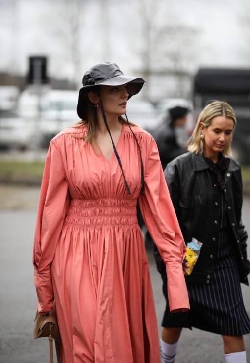 Trendy moda wiosna 2020: sukienka z bufkami na wiosnę - Moda trendy wiosna 2020: 5 rzeczy, które powinnaś mieć w szafie na wiosnę