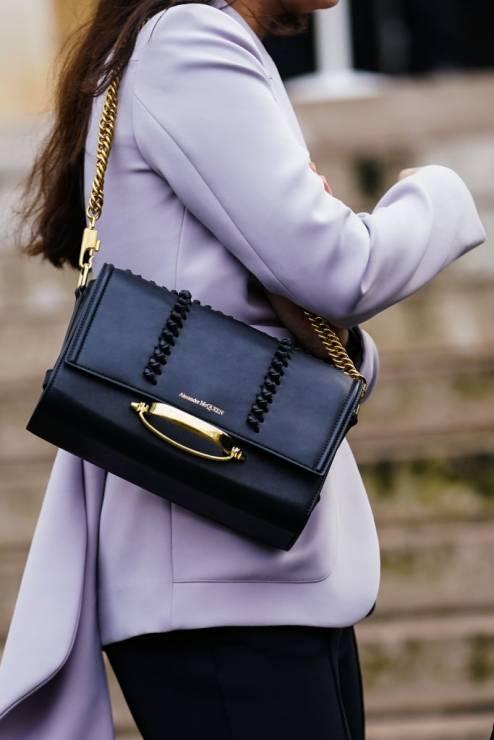 Trendy moda wiosna 2020: torebka na łańcuszku - Moda trendy wiosna 2020: 5 rzeczy, które powinnaś mieć w szafie na wiosnę