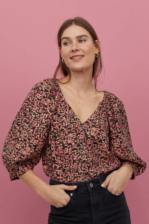 Bluzka z baloniastym rękawem 49,90 zł z 79,99 zł - H&M wyprzedaż wiosna 2020: 20 rzeczy, które muszą się znaleźć w twojej szafie