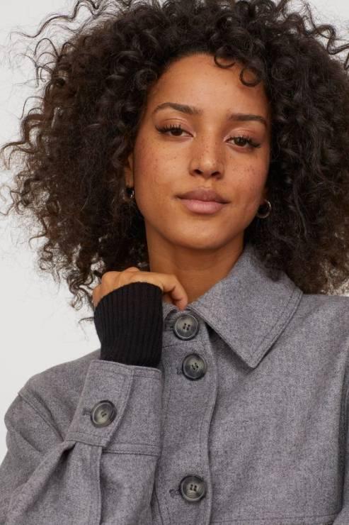 Melażowa kurtka koszulowa z wełną 199,00 zł z 349,99 zł - H&M wyprzedaż wiosna 2020: 20 rzeczy, które muszą się znaleźć w twojej szafie