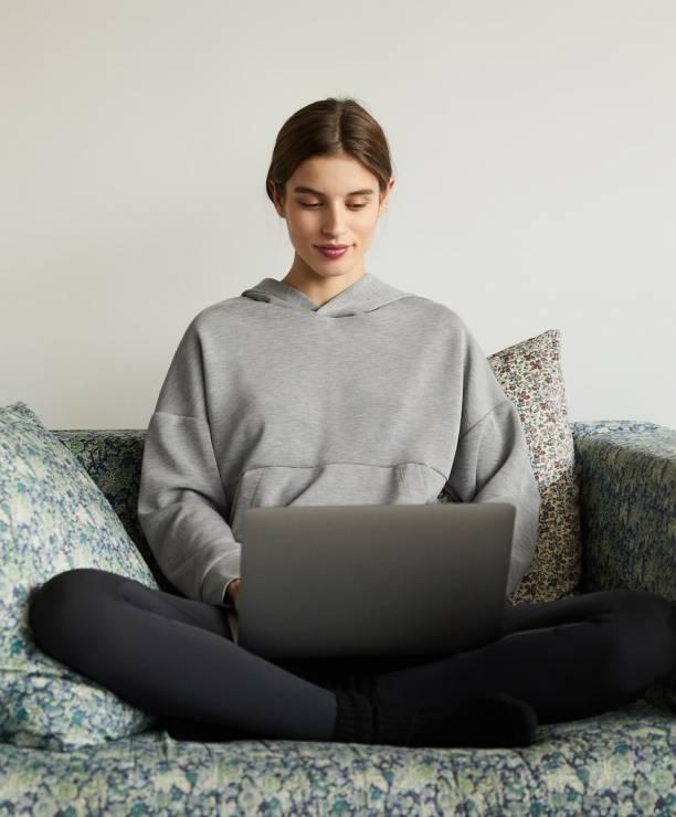 Oysho homewear; bluza 149 zł - Trendy wiosna 2020: stylowy homewear, czyli gdzie kupić najmodniejszy dres?