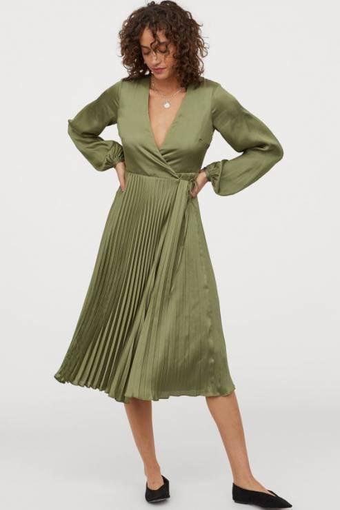 Satynowa sukienka kopertowa do połowy łydki 139, 90 zł z 229,99 zł - H&M wyprzedaż wiosna 2020: 20 rzeczy, które muszą się znaleźć w twojej szafie