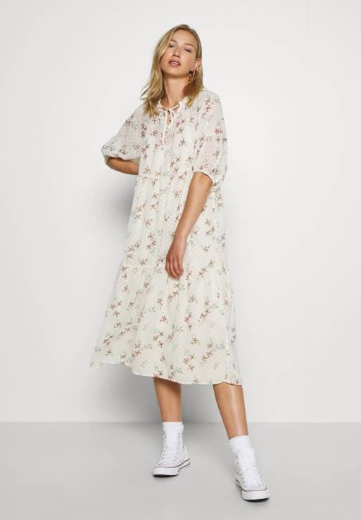 Sukienka oversize, LEVIS, Zalando - Sukienki oversize będą hitem tego lata - gdzie je znajdziesz?