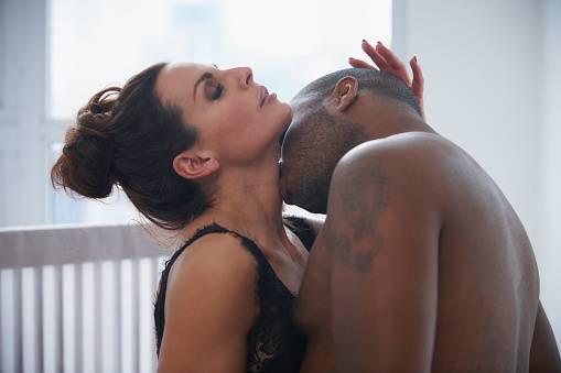 """Pozycja seksualna - """"Wodospad"""" - """"Zatoka rozkoszy"""", """"Samba bokiem"""" - te pozycje seksualne na lato zapewnią wam fantastyczny orgazm"""