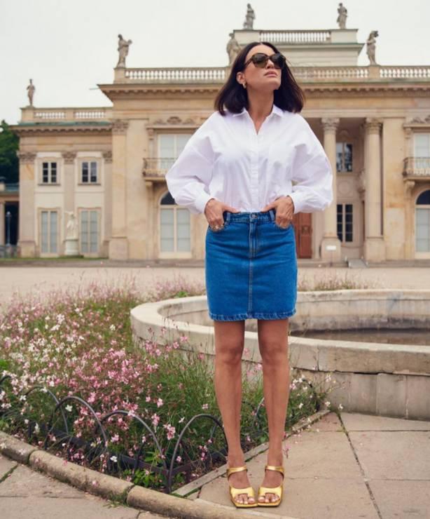 Joanna Horodyńska w białej koszulowej bluzce i jeansowej spódnicy Reserved - Joanna Horodyńska w jeansowej spódnicy i białej koszuli z Reserved – idealne tło do modowych eksperymentów!