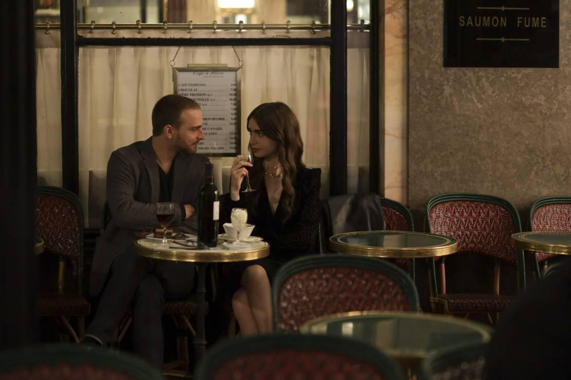 """Emily in Paris - ulubione perfumy Lily Collins - Paryskie perfumy Lily Collins. Wiemy, czym pachnie gwiazda serialu """"Emily w Paryżu""""!"""
