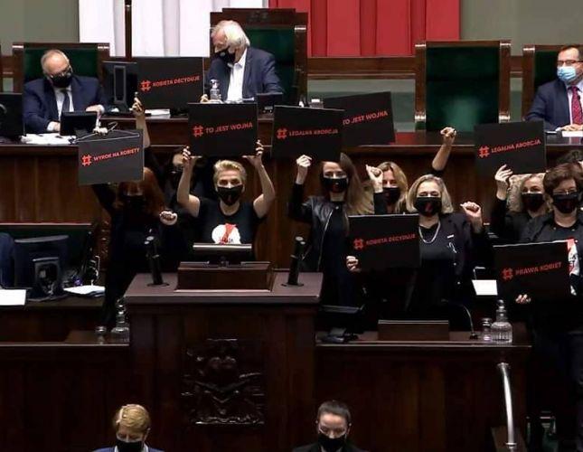 Burza w Sejmie! Posłanki zablokowały obrady, straż marszałkowska chroniła Kaczyńskiego, Zandbergowi puściły nerwy